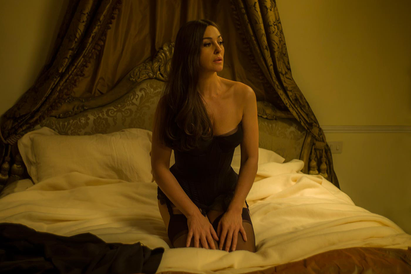 monica-bellucci-lucia-sciarra-bed-nightgown-spectre-2015